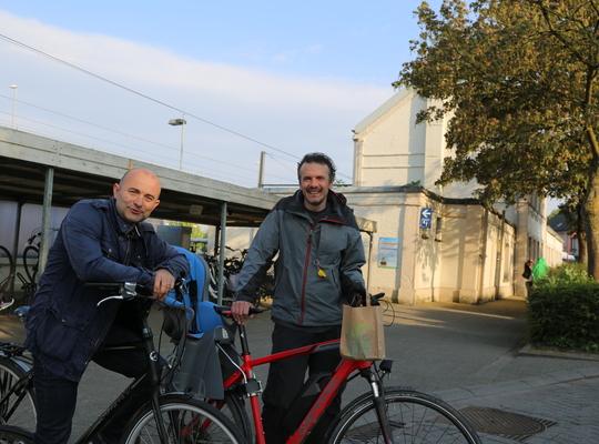 Johan en Joris aan het station Asse
